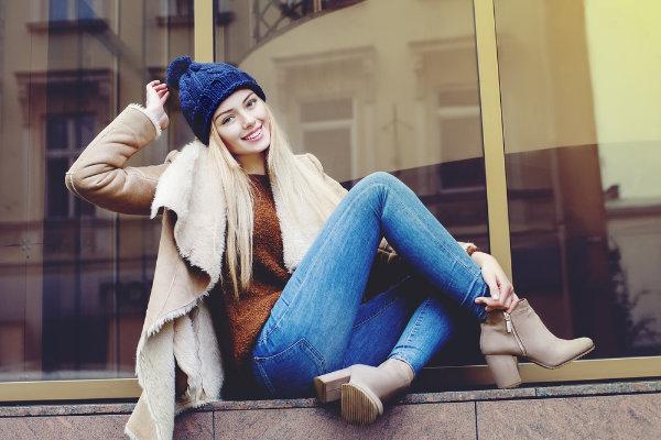 Herbst-Look mit beigen Absatz-Stiefeletten