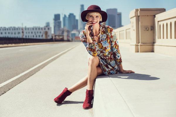 Damen Stiefeletten in Rot, kombiniert zum farbenfrohen Sommerkleid