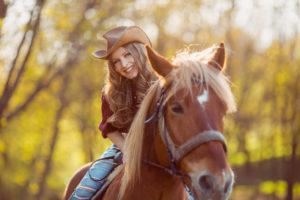 Frisur für Damen unter dem Cowboyhut