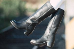 Schwarze Stiefel für Damen kombinieren
