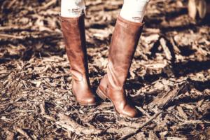 Braune Stiefel für Damen kombinieren